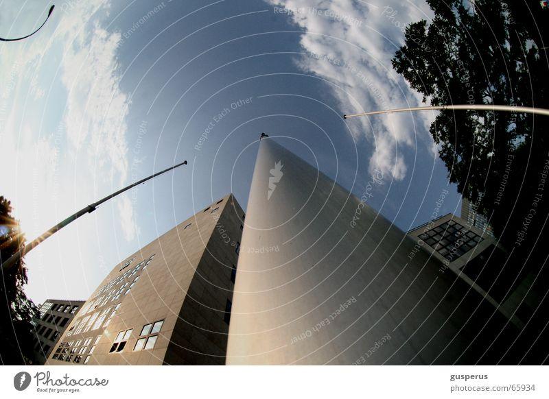 { mastzentrisches Weltsystem } Wolken auf dem Kopf Gebäude Haus Baum Fischauge Laterne Himmel Strommast ohne fahne blau alles auf dem kopf without flag heaven