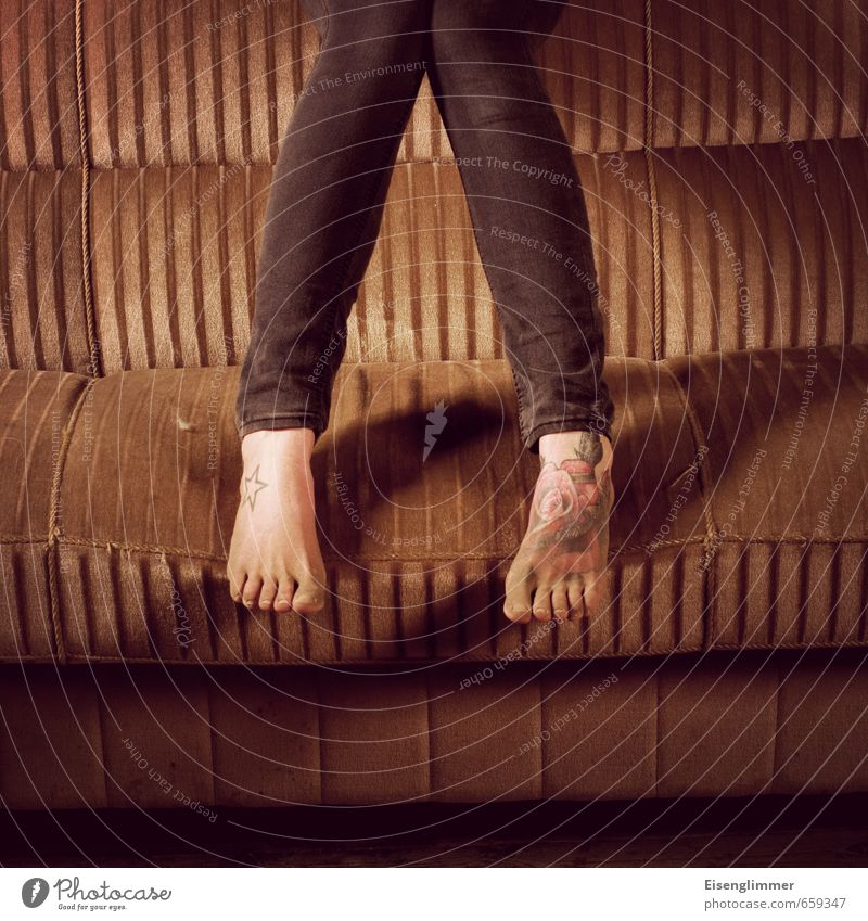 STUDIO TOUR | Füße Jugendliche 18-30 Jahre Erwachsene Beine Fuß braun dreckig retro Tattoo Jeanshose trendy Sofa Zehen Staub staubig
