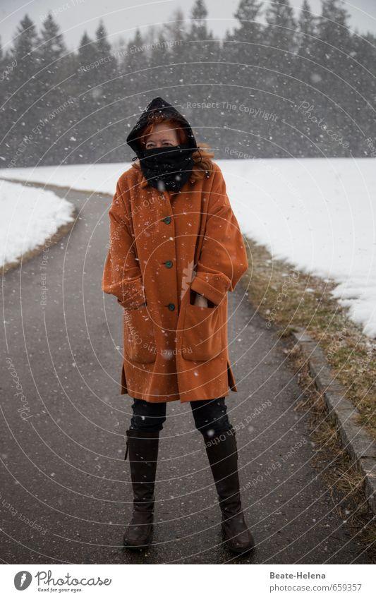 self   mich kann nichts schrecken Mensch Frau Ferien & Urlaub & Reisen weiß Erholung Winter schwarz Erwachsene Berge u. Gebirge Schnee feminin Wege & Pfade Schneefall orange laufen wandern