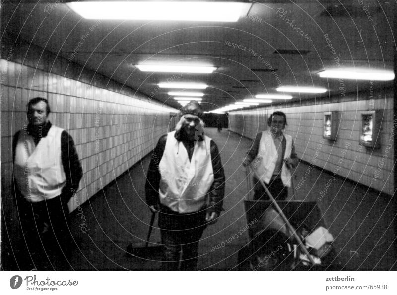 Leute im Tunnel Tunnel Neonlicht zentral Raumpfleger Unterführung Fluchtpunkt