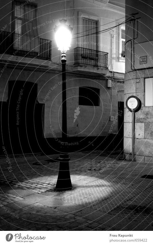 Ehrfurcht. Altstadt Menschenleer Platz Mauer Wand Balkon Fenster Verkehrszeichen Verkehrsschild Straßenbeleuchtung Kopfsteinpflaster Durchfahrtsverbot