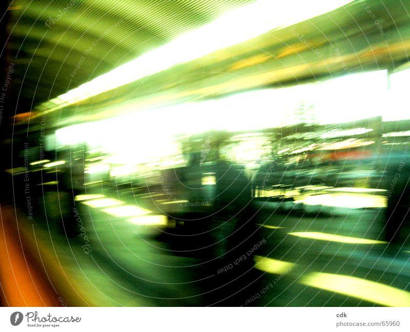 unterwegs l Mensch Ferien & Urlaub & Reisen grün Farbe Bewegung Raum Verkehr verrückt warten Geschwindigkeit beobachten Eisenbahn fahren Eile türkis Stress