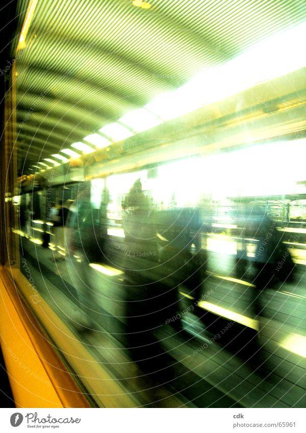 unterwegs ll Mensch Ferien & Urlaub & Reisen grün Farbe Bewegung Raum Verkehr warten Eisenbahn fahren Dynamik Bahnhof Station Tourist kommen
