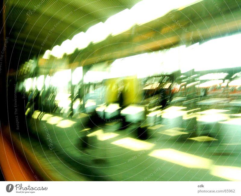 unterwegs lll Mensch Ferien & Urlaub & Reisen grün Farbe Bewegung Raum Verkehr warten Geschwindigkeit Eisenbahn Eile Dynamik Bahnhof Station Tourist kommen