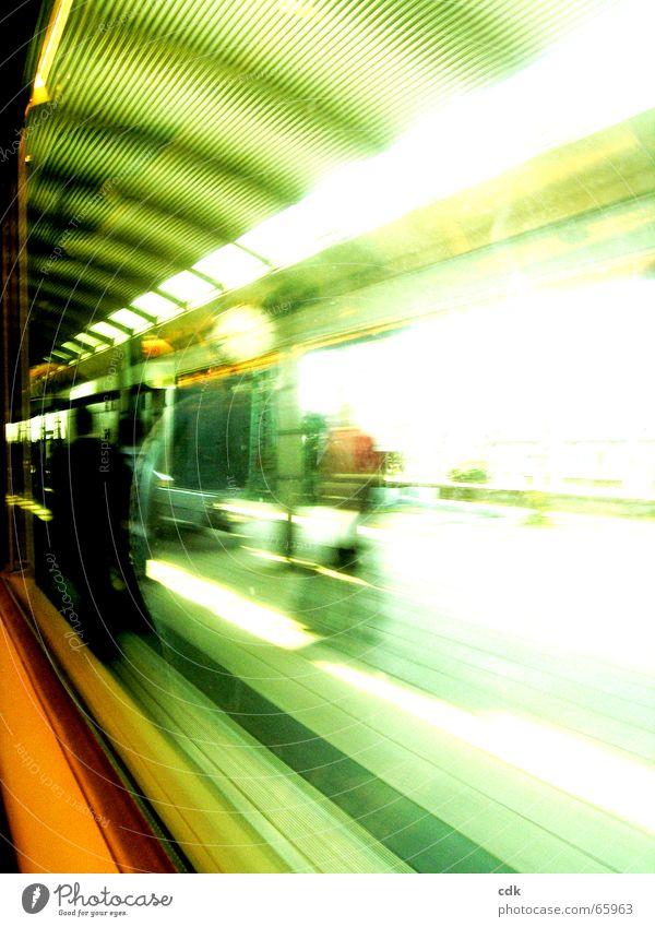 unterwegs lV Mensch Ferien & Urlaub & Reisen grün Farbe Bewegung Raum Verkehr Geschwindigkeit Eisenbahn fahren Dynamik Bahnhof Station Tourist kommen