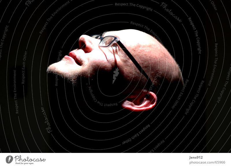 Ich schwarz dunkel Kopf hell Brille Glatze Selbstportrait Bühnenbeleuchtung Stirn