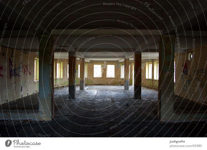 Viel Raum Haus Wand Fenster Gebäude Graffiti Platz Hotel Verfall Ruine Säule Putz Demontage Symmetrie Harz Träger
