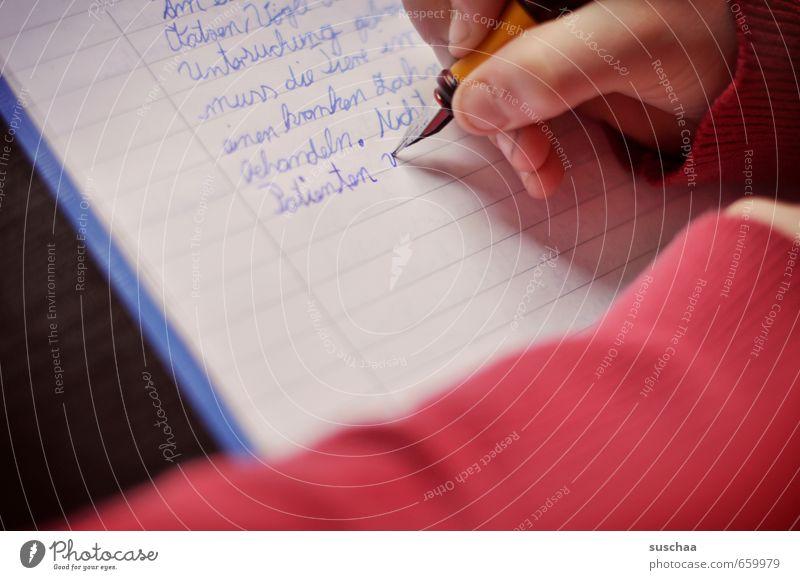 aufsatz I Mensch Kind Hand rot Mädchen Junge Schule Kindheit Arme Finger Papier Schulgebäude schreiben 8-13 Jahre Heft Füllfederhalter