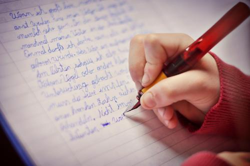 Aufsatz II Mensch Kind Hand rot Mädchen Junge Schule Kindheit Finger Papier Schulgebäude Bildung schreiben 8-13 Jahre Schriftstück Heft