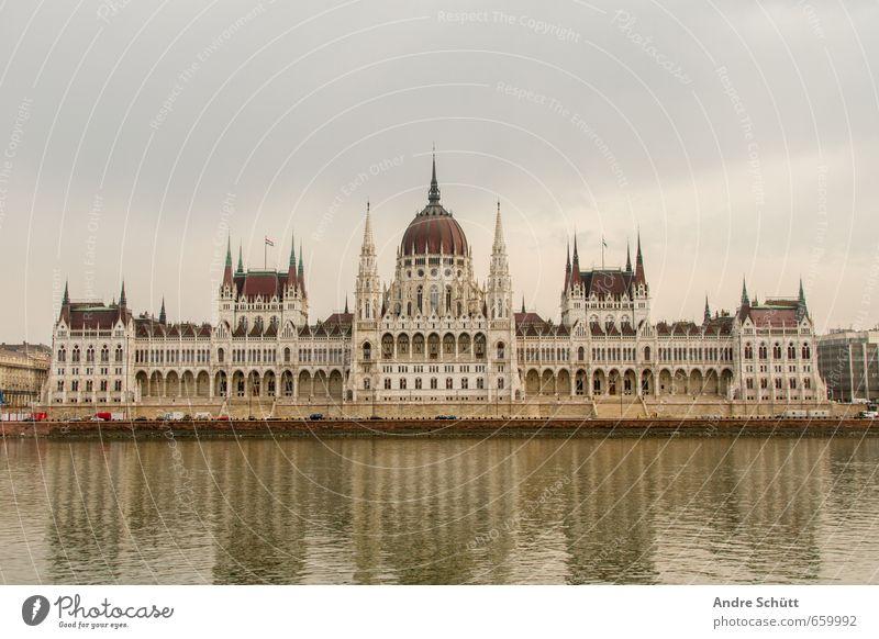 Budapest Ferien & Urlaub & Reisen alt Stadt Tourismus historisch Stadtzentrum Wahrzeichen Sehenswürdigkeit Sightseeing Dom bevölkert Städtereise Palast Donau