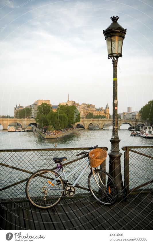Paris Hauptstadt Altstadt Brücke Architektur Sehenswürdigkeit Fahrradfahren Holz Wasser Ferien & Urlaub & Reisen ästhetisch elegant Ferne historisch schön Stadt