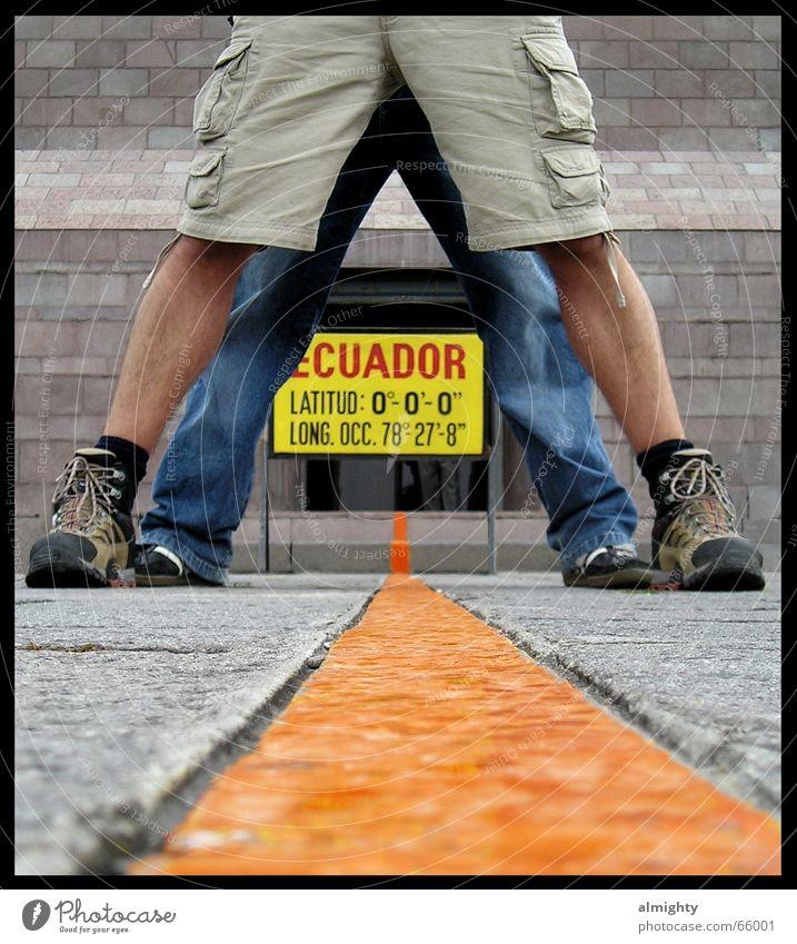 auf beiden Erdhalbkugeln Beine Geografie Grenze Südamerika Ecuador Äquator Südhalbkugel Nordhalbkugel