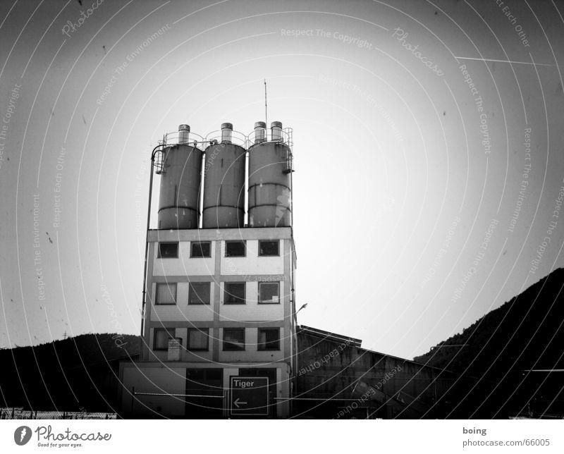 Juhu, mein erstes s/w Foto ... Industrie Industriefotografie Lager Industrieanlage industriell Vignettierung Silo Industriebetrieb Vor hellem Hintergrund Zementwerk