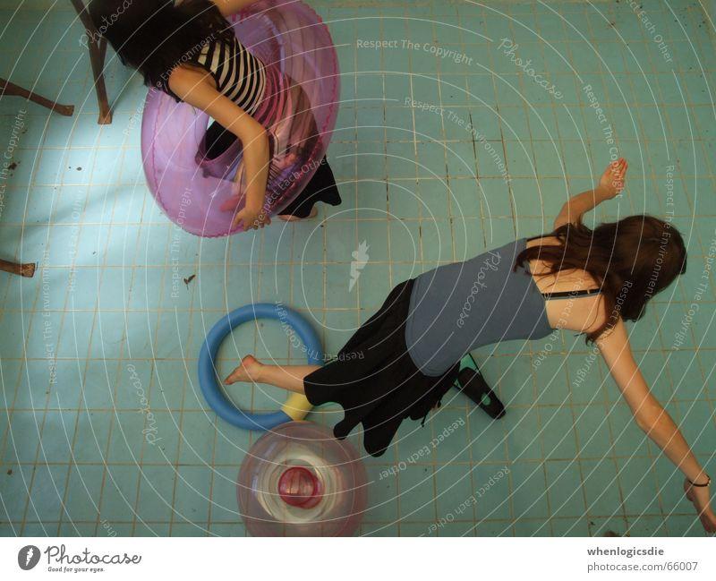 euphorisch Schwimmbad leer Schwimmhilfe blau kein wasser Bodenbelag dreckig Schwimmen & Baden
