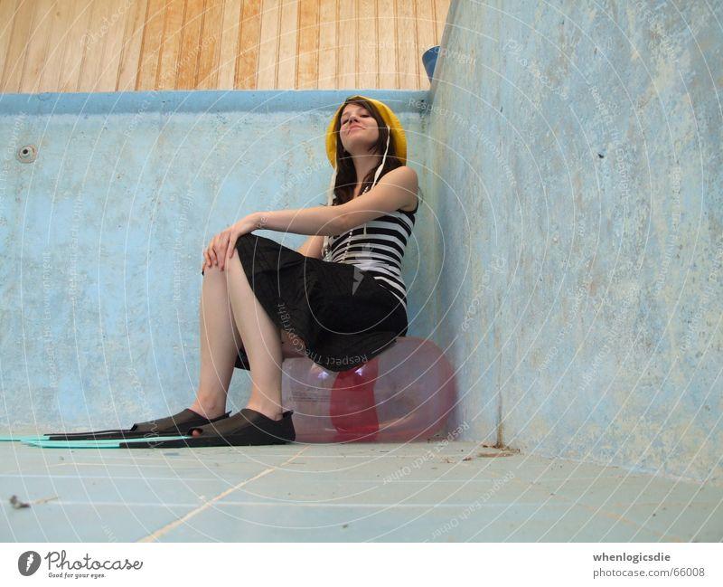 Sitzstreik Schwimmbad leer Schwimmhilfe Mütze Ecke sitzen plättchen