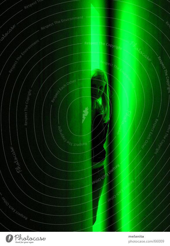 Erleuchtung Frau grün Kunst Eingang Neonlicht Erkenntnis Fluchtpunkt