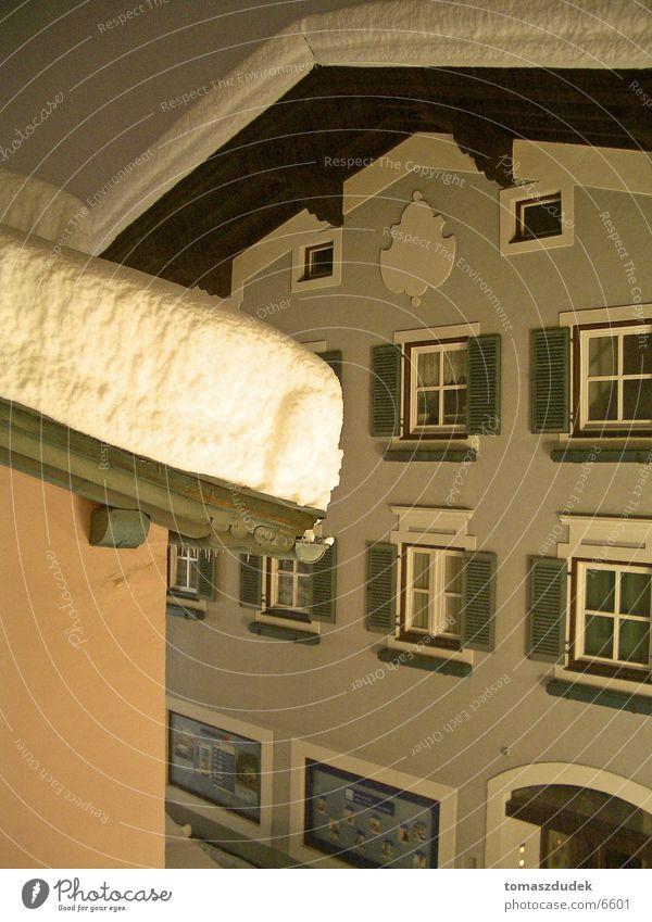 Schnee in Österreich Dach Nacht kalt Haus Architektur Fenseter