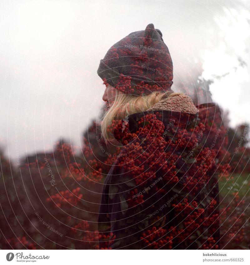 Doppelbeleuchtung Mensch feminin Junge Frau Jugendliche 1 18-30 Jahre Erwachsene atmen Doppelbelichtung analog Mütze Beet Baumstamm Experiment Mittelformat