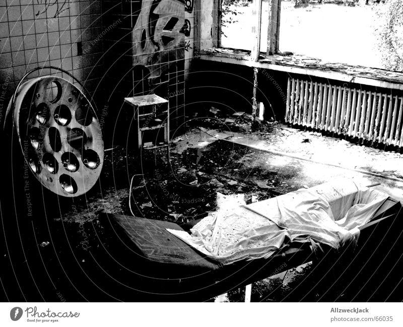Die Schwarzweiß-Klinik Einsamkeit schwarz dunkel Regen Glas dreckig Liege gruselig Fliesen u. Kacheln Krankenhaus gebrochen schäbig Ruine Zerstörung Ekel Scheinwerfer