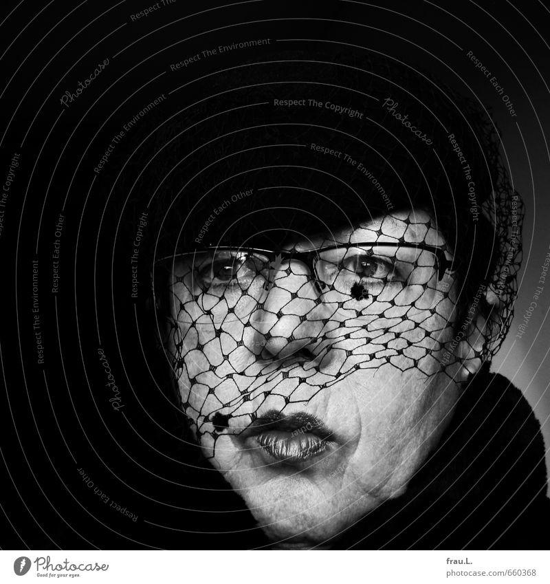 Hütchen Mensch feminin Weiblicher Senior Frau Kopf 1 60 und älter Schal Hut alt verblüht außergewöhnlich hässlich retro Laster Hochmut eitel einzigartig skurril