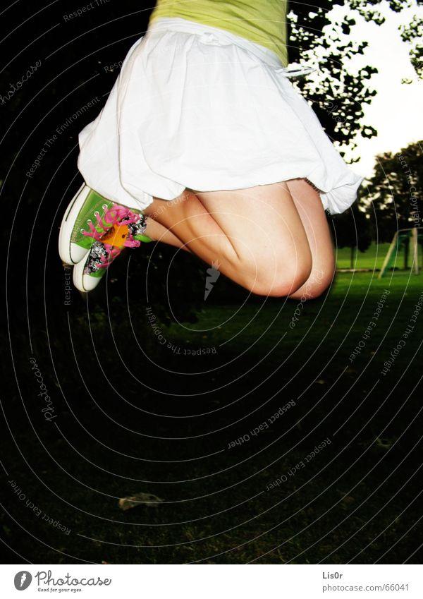 joyful leap Baum Freude dunkel Wiese Schuhe Beine Feste & Feiern Fröhlichkeit Gewitter Chucks Turnschuh hüpfen
