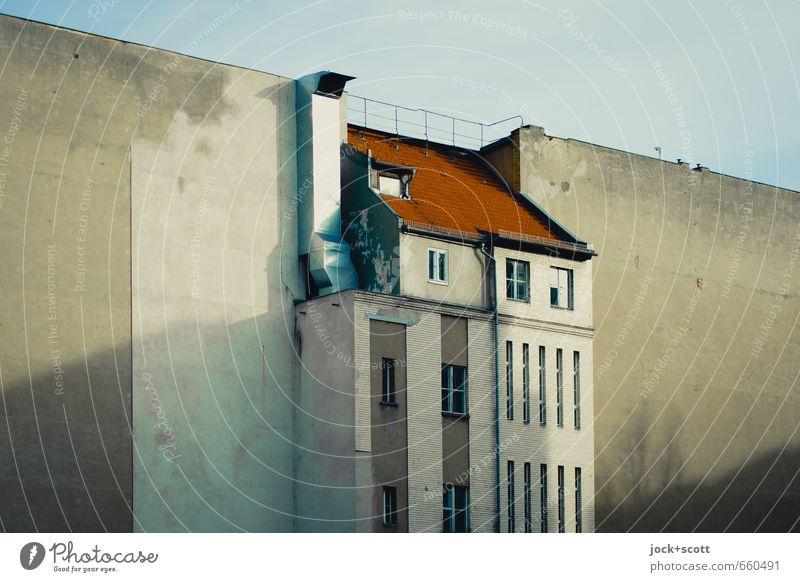 zentrale Lage Himmel Stadt Haus Umwelt Fenster Gebäude Fassade Zufriedenheit Klima Schönes Wetter Wandel & Veränderung Dach Hoffnung historisch Stadtzentrum