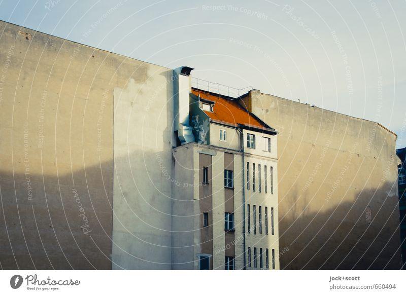 zentral gelegen ohne P Himmel alt Stadt Winter Wärme Gebäude Fassade Häusliches Leben Zufriedenheit Perspektive Wandel & Veränderung Dach Hoffnung historisch