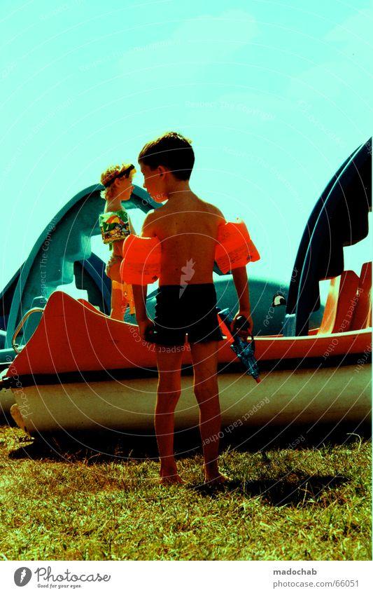 KINDER AN DIE MACHT Himmel Sonne grün blau rot Sommer Freude Farbe Junge Wiese Freundschaft Kindheit Kunststoff Schwimmhilfe Delphine
