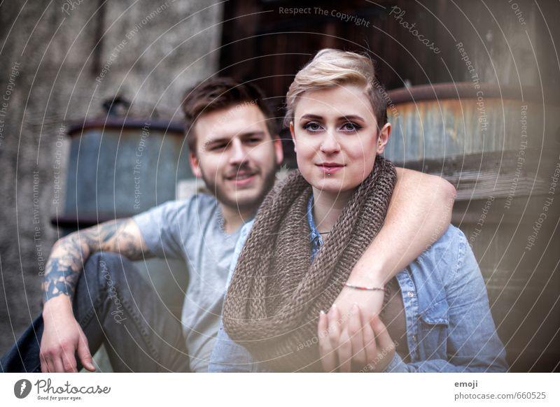 junges modernes Paar maskulin feminin Junge Frau Jugendliche Junger Mann 2 Mensch 18-30 Jahre Erwachsene trendy Umarmen Farbfoto Tag Schwache Tiefenschärfe
