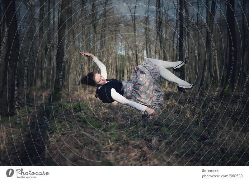 Alice Mensch feminin Frau Erwachsene 1 Umwelt Natur Landschaft Baum Moos Wald Mode Kleid fallen fliegen träumen Bewegung Schweben Sturz Farbfoto Außenaufnahme
