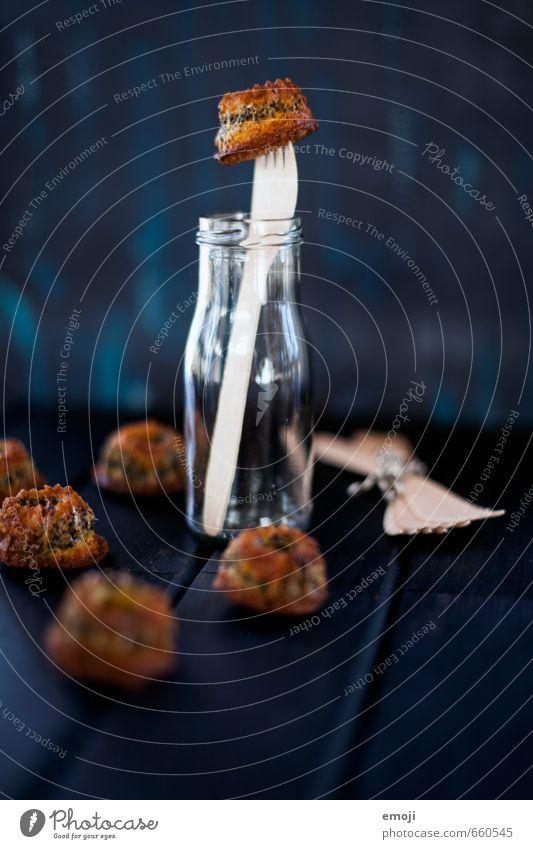 aufgespiesst Kuchen Dessert Süßwaren Ernährung Picknick Fingerfood lecker süß Gugelhupf klein Farbfoto Innenaufnahme Menschenleer Hintergrund neutral Tag