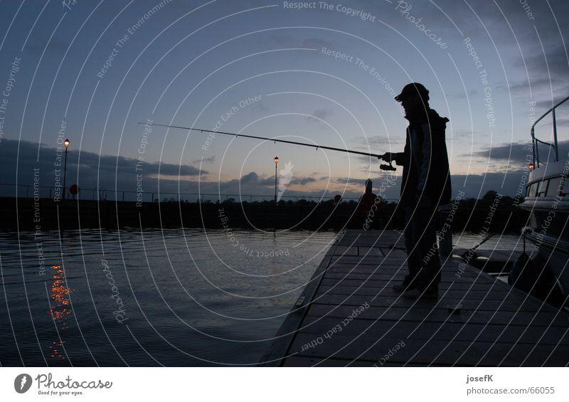 Angeln am späten Abend am Shannon River in Irland Fluss Hafen Republik Irland Angler