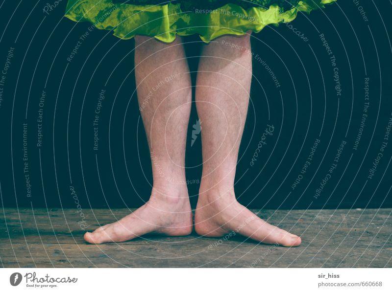 STUDIO TOUR | Stachelbärchen elegant Haare & Frisuren maskulin feminin androgyn Haut Beine Fuß Balletttänzer Bühne stehen Tanzen warten ästhetisch Kitsch