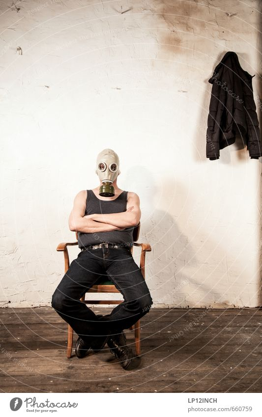 STUDIO TOUR | GAS TIME. II maskulin Mann Erwachsene 1 Mensch sitzen warten Aggression bedrohlich gruselig Tapferkeit Schutz Hoffnung gefährlich Wut Ärger Gewalt