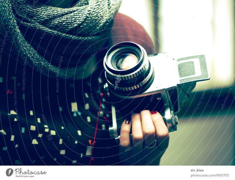 STUDIO TOUR | Analog Girl Fotokamera feminin Hand Finger Stoff Schal wählen gebrauchen beobachten drehen entdecken blau grau grün schwarz Kreativität Nostalgie