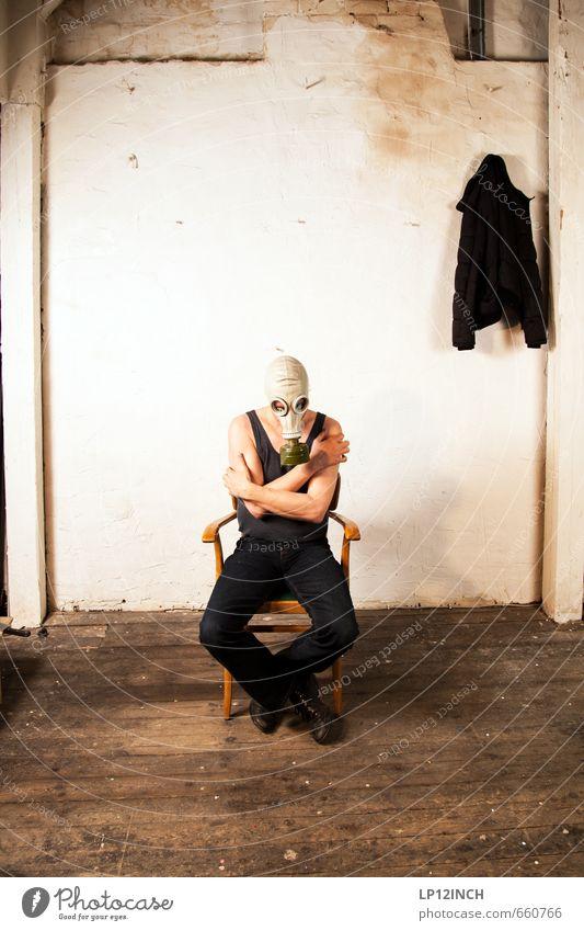 STUDIO TOUR | GAS TIME. I Mensch Mann dunkel kalt Erwachsene Angst maskulin trist sitzen gefährlich bedrohlich Wandel & Veränderung retro Hoffnung