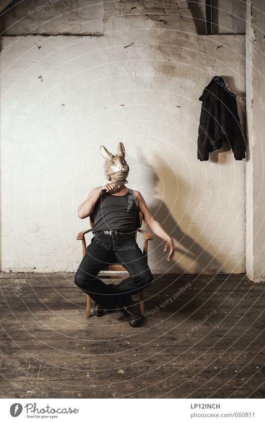 STUDIO TOUR | HASEN TIME. II Mensch Mann Einsamkeit dunkel Erwachsene Wand Tod Mauer Angst maskulin Kraft 45-60 Jahre gefährlich bedrohlich retro