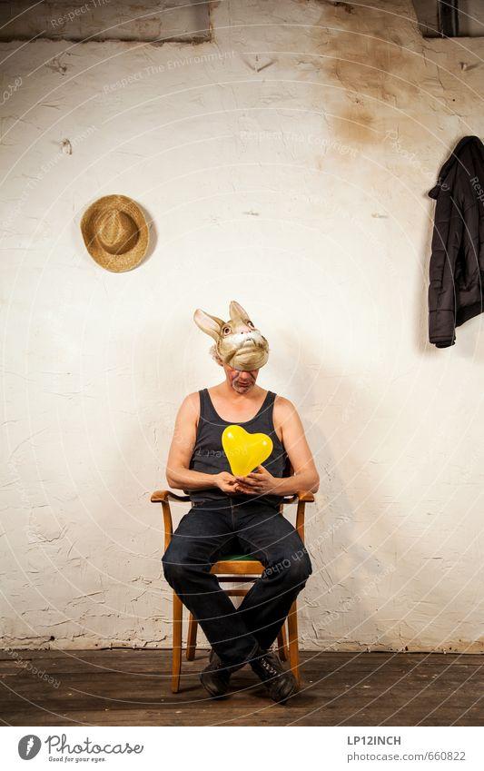 STUDIO TOUR | HASEN TIME. I Mensch Mann Stadt Einsamkeit Erwachsene maskulin Raum dreckig sitzen warten 45-60 Jahre verrückt Herz kaputt Trauer Männlicher Senior