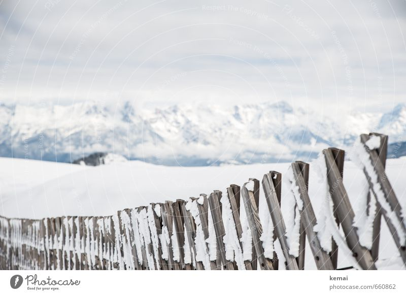 Am Zaun entlang Umwelt Natur Landschaft Wolken Eis Frost Schnee Berge u. Gebirge Schneebedeckte Gipfel Holzzaun Barriere hell kalt weiß gefroren Farbfoto