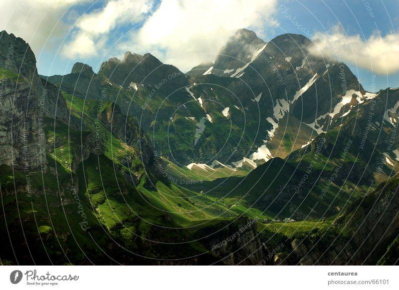 In d´Schwiiz Berg Säntis Wolken Licht Sommer Winter Pause Wiese steinig abwärts aufwärts Berge u. Gebirge Schatten frei Freiheit Schnee Schneefall Aussicht