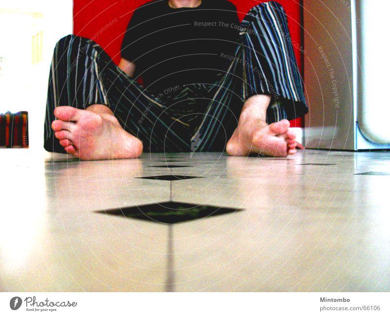 down on the floor Tanzfläche Flur Küche Hose Wand rot unten Bodenbelag kitchen Fuß feet Beine leg red naked frison Mauer