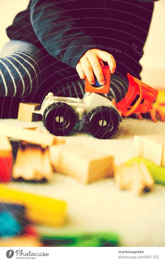 kind spielen kita spielzeug Mensch Kind Hand Freude Junge Spielen Glück maskulin Häusliches Leben Arme Finger lernen Streifen Bildung Spielzeug entdecken