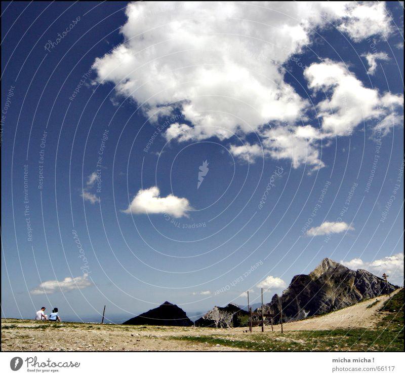 gedankenverloren weiß blau ruhig Wolken Erholung Berge u. Gebirge Paar wandern hoch Pause Niveau Freizeit & Hobby Gipfel
