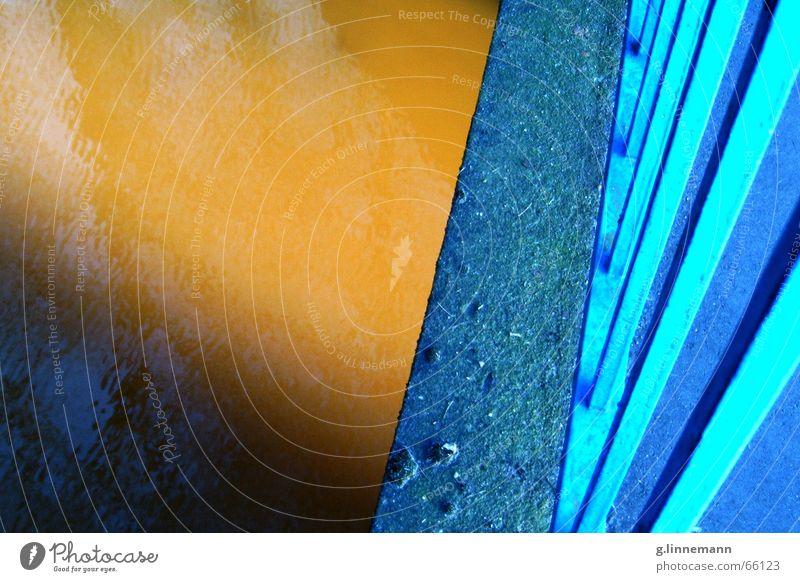 Goldbridge Wasser blau gelb braun gold Brücke Bach Lichtspiel Abwasserkanal Torf