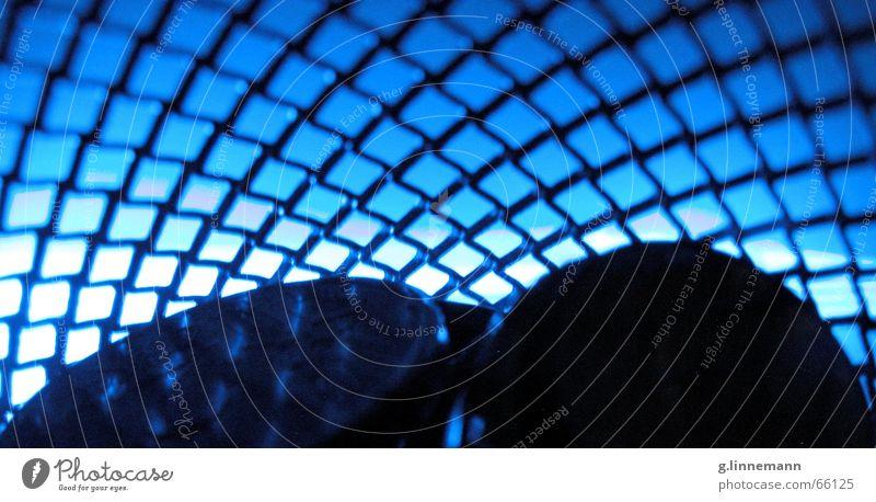 Verstrickt Gitter Neonlicht Lichtspiel Nacht tief Korb Geldmünzen Makroaufnahme Silhouette Gegenlicht Detailaufnahme Anschnitt Bildausschnitt netzartig