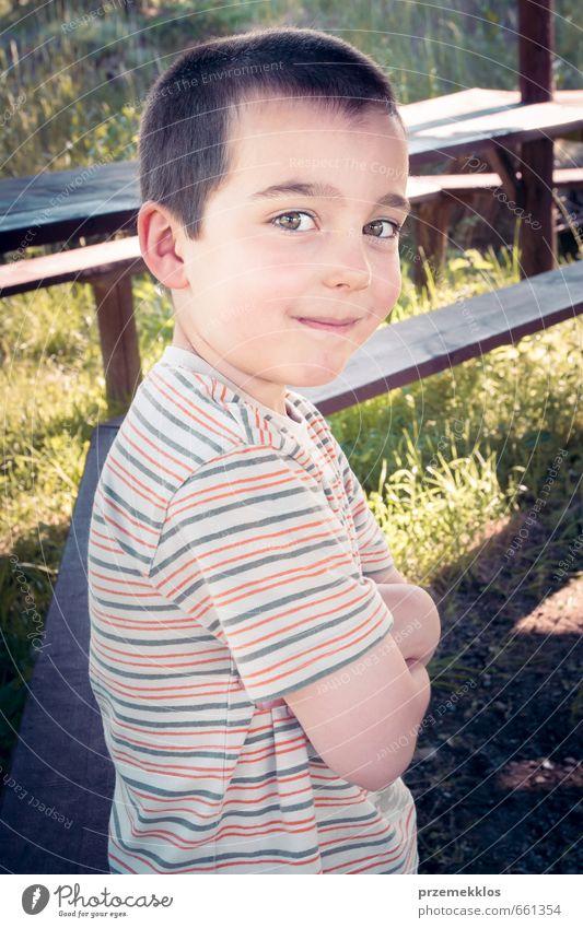 Mensch Kind Mann Sommer Erwachsene Junge Gras natürlich Lifestyle Kindheit stehen authentisch Lächeln Fröhlichkeit niedlich T-Shirt