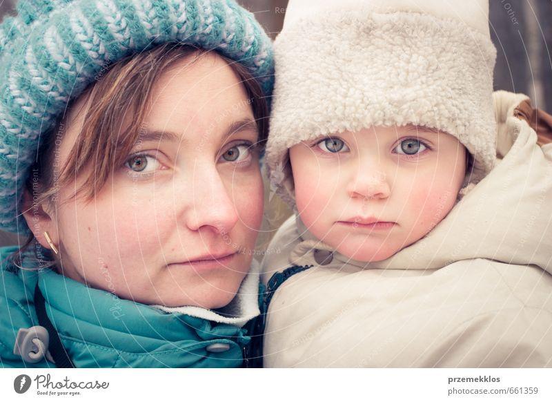 Porträt von Mutter und Tochter am Gefriertag Winter Kind Mädchen Frau Erwachsene Familie & Verwandtschaft 2 Mensch 3-8 Jahre Kindheit 30-45 Jahre Mütze frieren