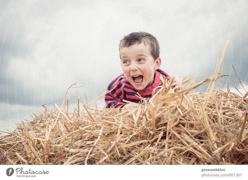 Mensch Kind Sommer Wolken Freude Junge Spielen lachen klein braun Kindheit Energie niedlich Euphorie Höhe Tatkraft