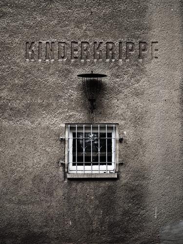 Mama? Kind alt Einsamkeit dunkel Fenster Wand Mauer grau Fassade Angst dreckig Baby Sehnsucht Bildung Schmerz gruselig
