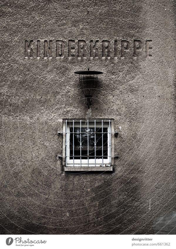 Mama? Kindererziehung Bildung Kindergarten Krippe Baby Kleinkind Mauer Wand Fassade Fenster Gitter alt dreckig dunkel gruselig hässlich grau Schmerz Sehnsucht
